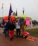 ` S marzo, venditore delle donne alla stazione del sindacato, ricordi di Trump, Washington, DC, U.S.A. Fotografia Stock