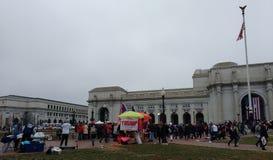 ` S marzo, venditori alla stazione del sindacato, ricordi di Trump, Washington, DC, U.S.A. delle donne Fotografia Stock Libera da Diritti
