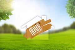S?mbolo da casa na paisagem com prado verde imagens de stock