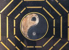 S?mbolo de Yin Yang tallado en el mármol negro imagenes de archivo