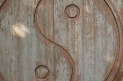 S?mbolo de Yin-Yang tallado en puerta de madera foto de archivo