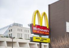 ` S McDonald американская сеть ресторанов гамбургера и фаст-фуда Стоковая Фотография