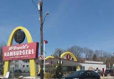 ` S McDonald в США, Корпорации цепь ` s мира самая большая ресторанов фаст-фуда гамбургера Стоковое фото RF