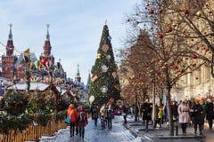 ` S Moscú, turistas del Año Nuevo en Plaza Roja cerca del edificio de la tienda universal principal Fotos de archivo