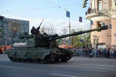 2S19 Msta-S jest rosjaninem napędza (M1990 gospodarstwo rolne) Obrazy Royalty Free