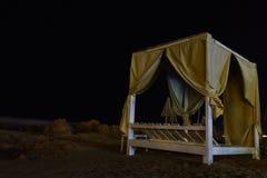 's nachts Beachbed stock foto's