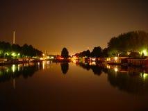 's nachts de boten van het huis stock afbeelding