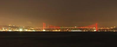 's nachts de Brug van Atatürk stock foto's