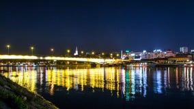 's nachts de brug van Belgrado Royalty-vrije Stock Afbeeldingen