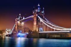 's nachts de brug van de toren Stock Foto's