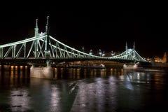 's nachts de brug van de vrijheid Stock Fotografie