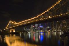 's nachts de brug van het verhaal Stock Fotografie