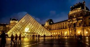 's nachts de piramide van het Louvre royalty-vrije stock foto's