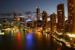 's nachts de Stad van de rivier Stock Afbeeldingen
