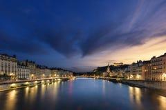 's nachts de stad van Lyon Stock Afbeeldingen