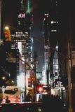 's nachts de stad van New York stock afbeeldingen