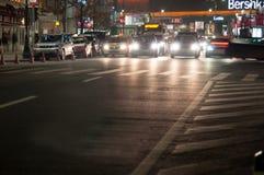 's nachts de straat van Boekarest Stock Afbeelding