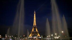 's nachts de toren van Parijs Eiffel stock footage