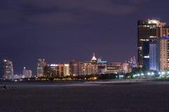 's nachts de Torens van het Strand van het Zuiden van Miami Royalty-vrije Stock Fotografie