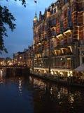 's nachts het kanaal van Amsterdam Stock Afbeeldingen