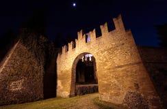 's nachts het Kasteel van Bazzano Stock Afbeelding