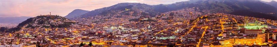's nachts het panorama van het Quito Royalty-vrije Stock Afbeeldingen