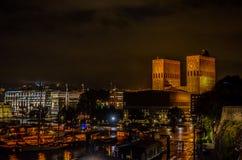's nachts het stadhuis van Oslo royalty-vrije stock afbeelding