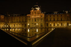 's nachts Louvre stock afbeeldingen
