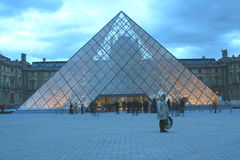 's nachts Louvre Stock Afbeelding