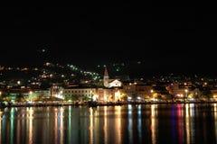 's nachts Makarska. Stock Fotografie