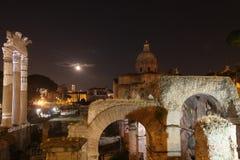 's nachts Rome Beroemde gebouwen van Rome in één beeld stock afbeeldingen