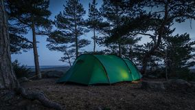 's nachts tenting in Finland in park geroepen Varlaxudden royalty-vrije stock afbeeldingen