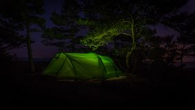 's nachts tenting in Finland in park geroepen Varlaxudden royalty-vrije stock fotografie