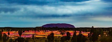 's nachts Uluru stock foto