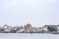 S?nder att korsa i Chao Phraya River och cityscapebakgrundshimmel och moln p? Pak Kret i Nonthaburi, Thailand April 16, 2019 royaltyfri bild
