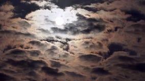S?o?ce za czarnymi chmurami zdjęcie wideo