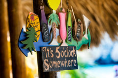 It's 5 o'clock somewhere. Sign at tropical bar at beach: It's 5 o'clock somewhere. Meaning it's always time to drink, enjy and have fun Stock Photo