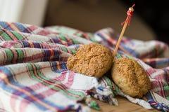 Słodcy ciastka na nieociosanym tablecloth (szkockiej kraty) Zdjęcia Royalty Free