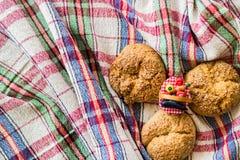 Słodcy ciastka na nieociosanym tablecloth (szkockiej kraty) Zdjęcie Stock