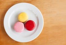 Słodcy i colourful francuscy macarons na drewnie Fotografia Royalty Free