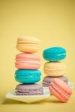 Słodcy i colourful francuscy macaroons Zdjęcia Royalty Free