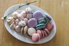 Słodcy i kolorowi francuscy macaroons lub macaron w ceramicznym bielu Zdjęcie Royalty Free