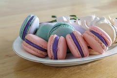 Słodcy i kolorowi francuscy macaroons lub macaron w ceramicznym bielu Zdjęcia Stock