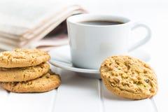 Słodcy pistacjowi ciastka i kawowy kubek Zdjęcia Royalty Free