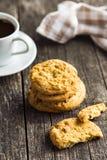 Słodcy pistacjowi ciastka i kawowy kubek Zdjęcie Stock