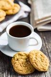 Słodcy pistacjowi ciastka i kawowy kubek Obrazy Royalty Free