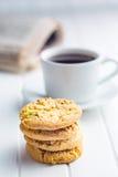 Słodcy pistacjowi ciastka i kawowy kubek Obraz Royalty Free