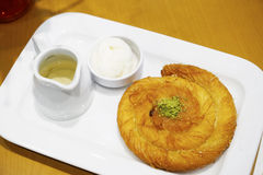 Słodki baklava deser na talerzu Zdjęcie Stock