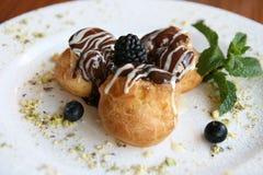 Słodki deser na bielu talerzu Fotografia Royalty Free