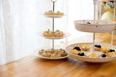 słodki deser na torta stojaku Zdjęcia Stock